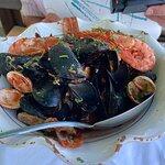 Ассорти морепродуктов (мидии, гребешки, черенки, креветки).