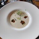 Ajoblanco, sardina ahumada, uva y caviar de curry (impresionante)