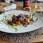 Paletilla de cordero con salsa de mostaza a las finas hierbas, sal de limón y rosas