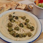 Hummus z włoskim pieczywem.