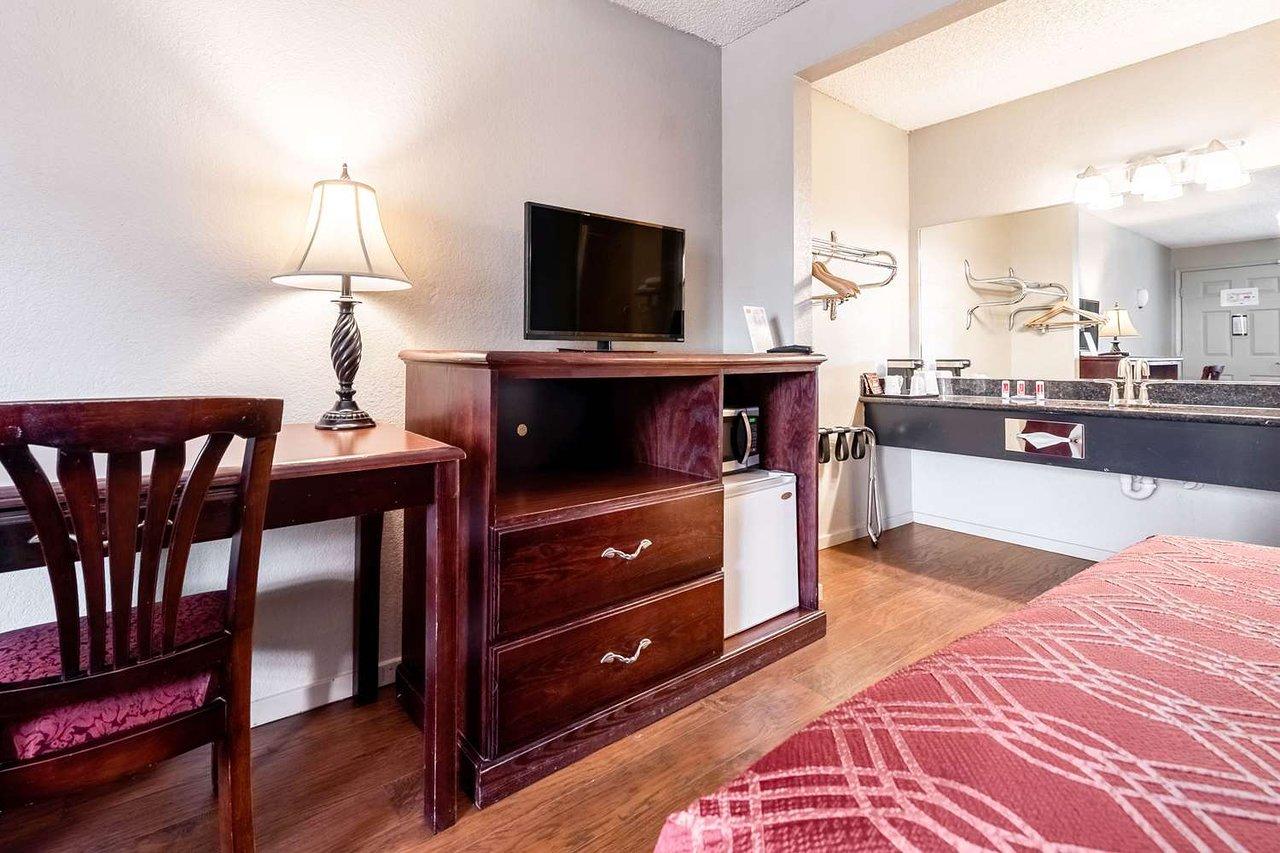 Amazon Queen Bleu econo lodge renton-bellevue $66 ($̶9̶8̶) - prices & hotel