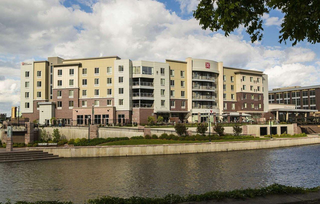THE 10 CLOSEST Hotels to Avera McKennan Hospital