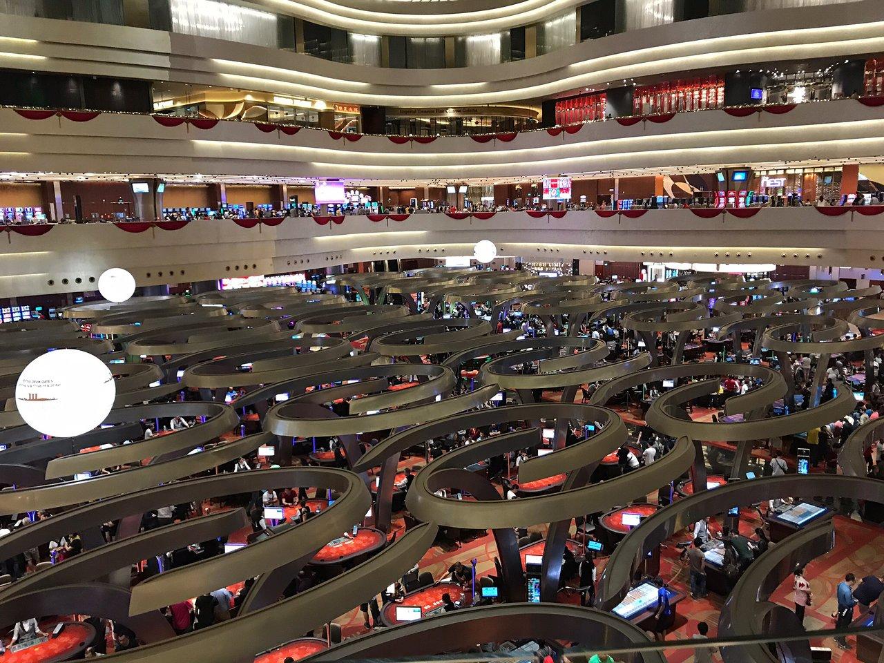 Казино сингапур отзывы гопники играют в карты