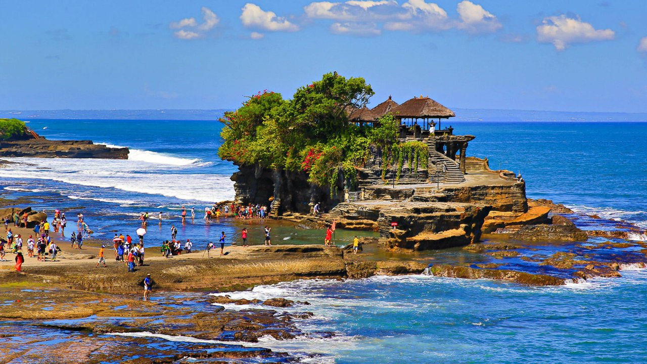 tanah lot temple is a - Tempat Rekreasi Favorit Wisatawan Indonesia Di Bali