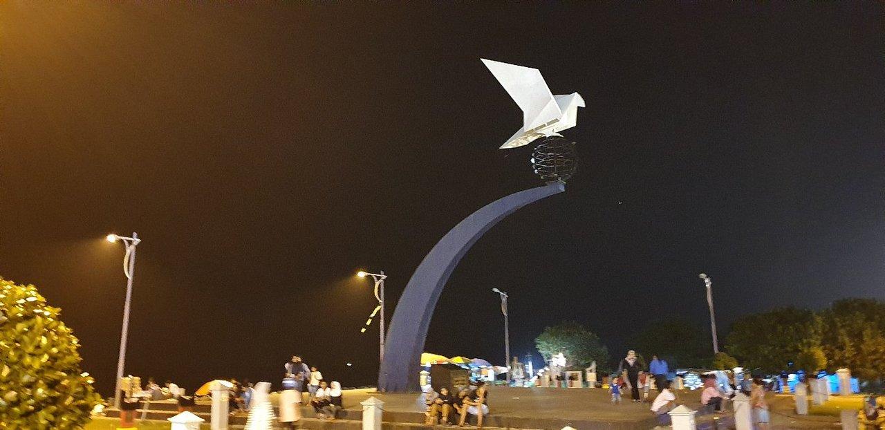 Monumen Merpati PErdamaian di Malam Hari. Src: Tripadvisor.com