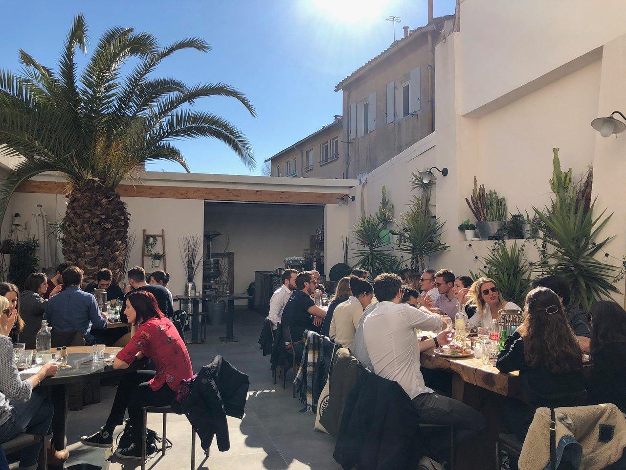 Restaurant avec terrasse.   Picture of Rôtisserie Montaigne ...