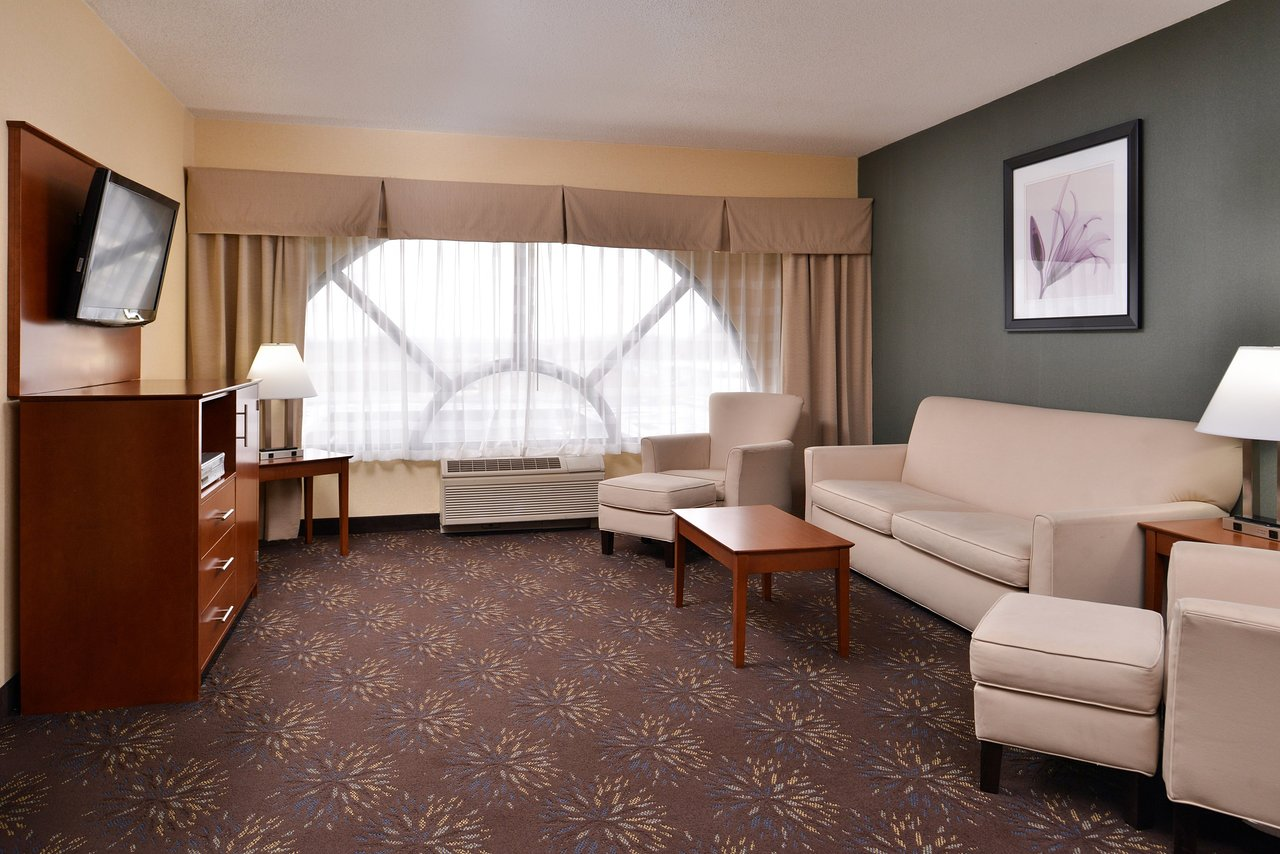 . HOLIDAY INN EXPRESS HOTEL   SUITES WEST CHESTER  92    1 3 4