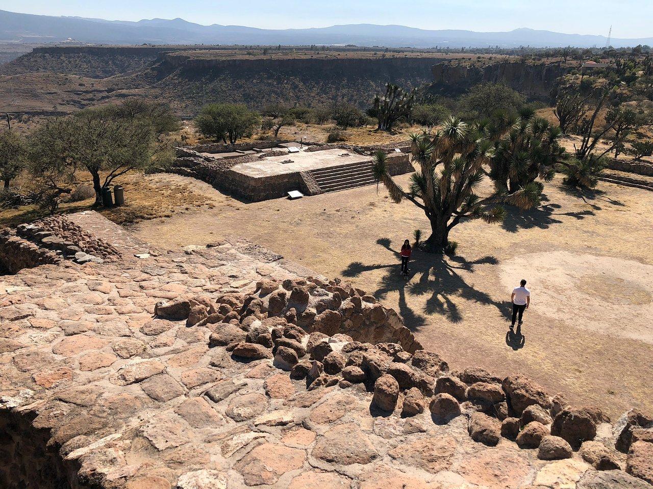 personas caminando por la zona de pahñu