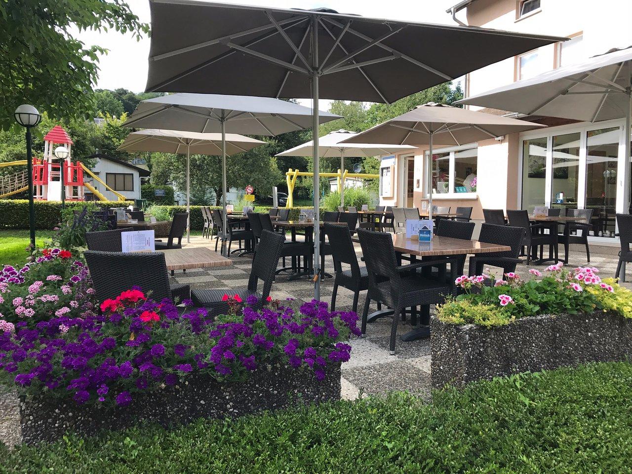 Mit Blumen geschmückte Terrasse   Picture of Café Restaurant Op ...