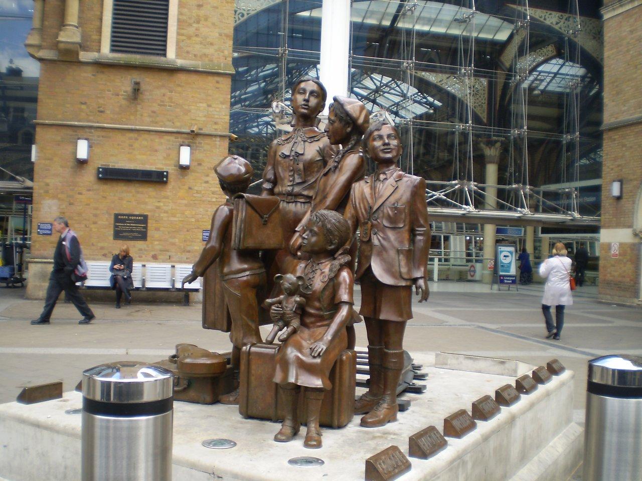 Как выглядят мемориалы жертвам Холокоста в мире (фото 4)
