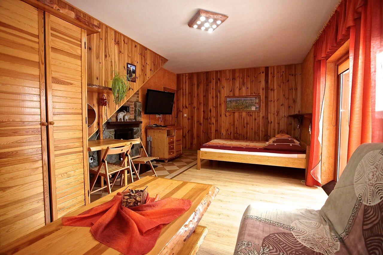 Pokój w domku z balkonem, kominkiem i widokiem na góry
