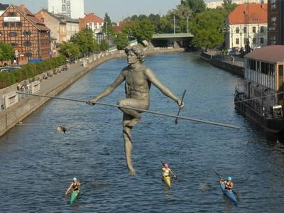 ‪Tightrope Walker - sculpture‬