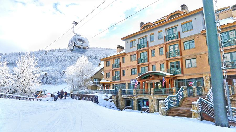 View of Hotel & Ski Lift (60214101)