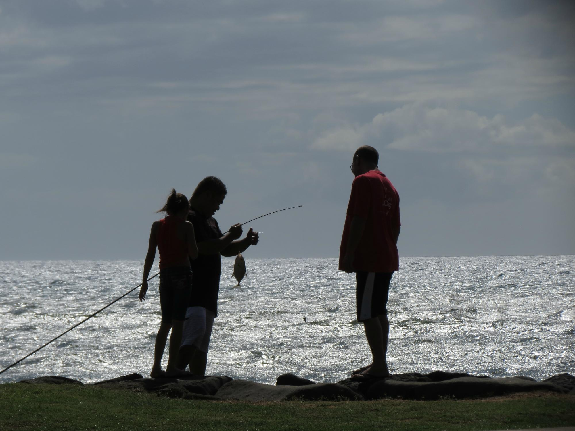 Family Fishing in Kihei Maui.  Photo by Sue Salisbury Maui Hawaii