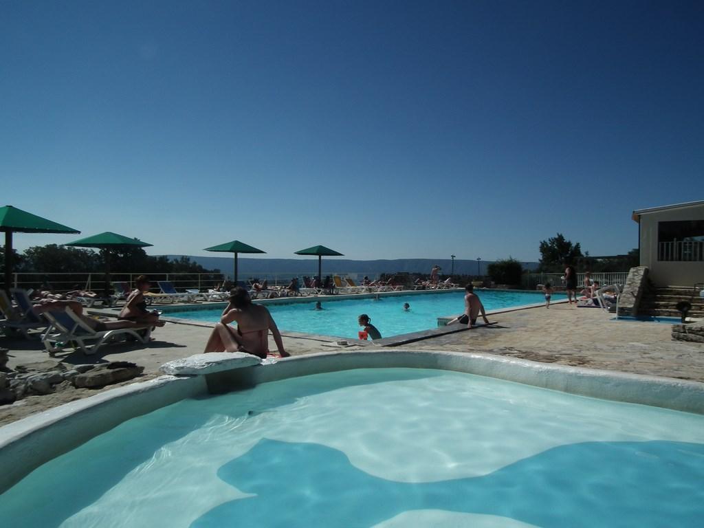 Camping des sources gordes france voir les tarifs et for Voir piscine