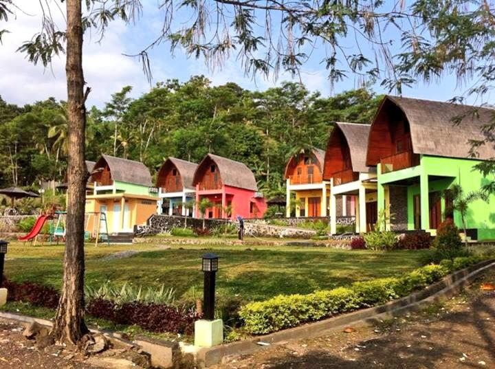 Lojiwood beach cottages cottage reviews price for Balcony hotel sukabumi