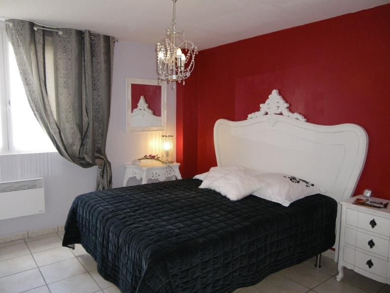 A casa serena beaumont de pertuis france b b reviews - Chambre rose et noir baroque ...