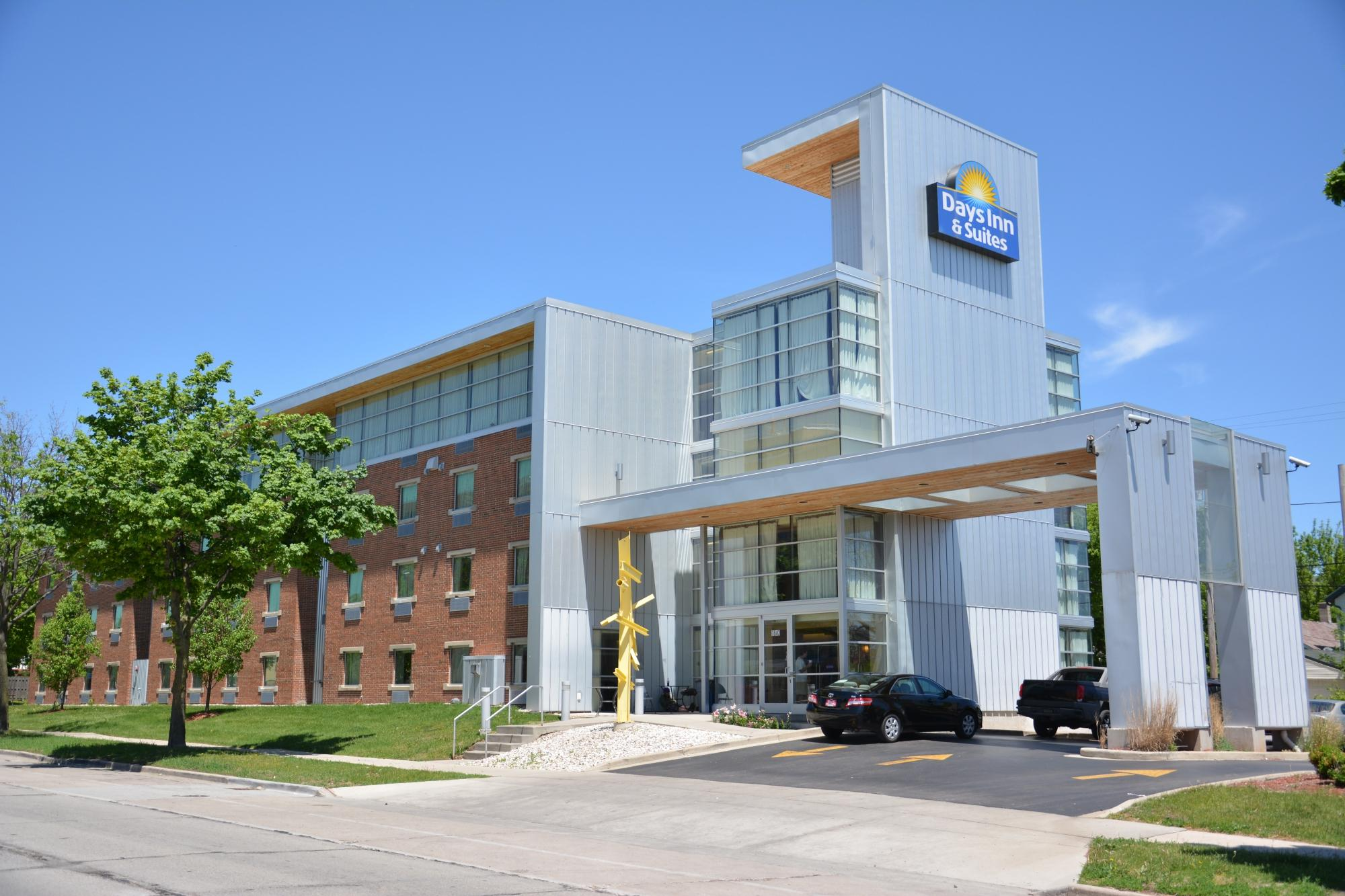 Days Inn & Suites Milwaukee