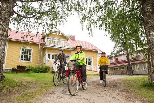 Majatalo Pihlajapuu / Äksyt Ämmät Oy