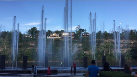 Branson Landing Fountain Show