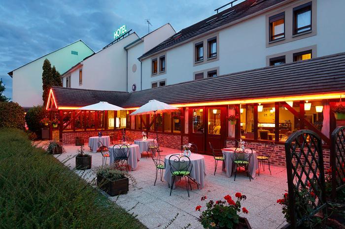 Inter hotel ikar blois sud saint gervais la foret france for Exterieur nuit