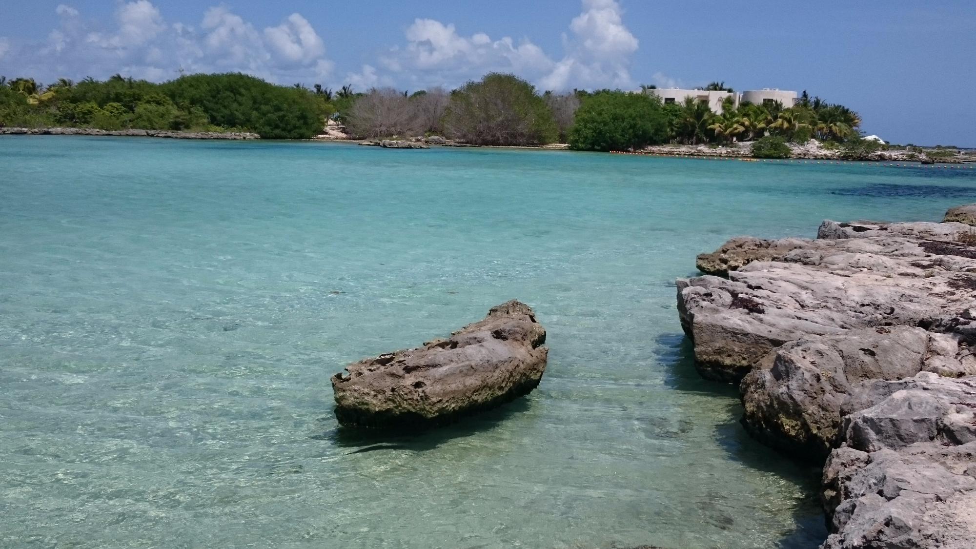 Playa dentro del complejo puerto aventuras