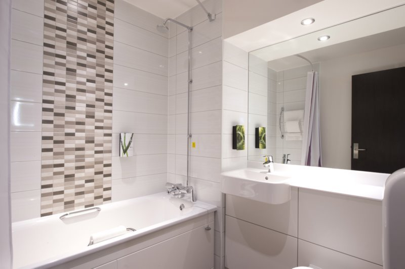Premier inn uxbridge hotel updated 2017 reviews price comparison england tripadvisor - Picture of bathroom ...