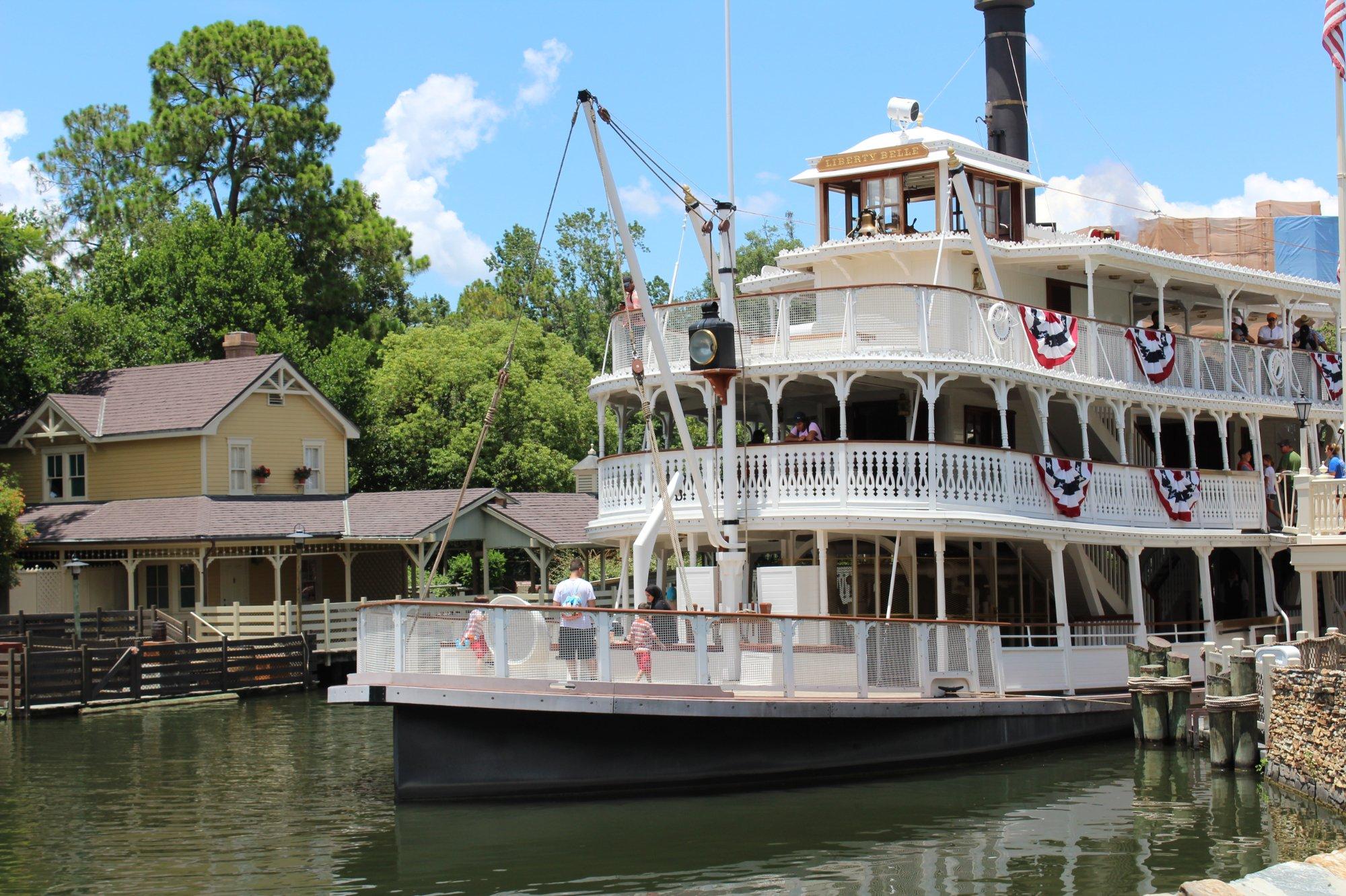 Passeio de barco que conduz os visitantes ao castelo