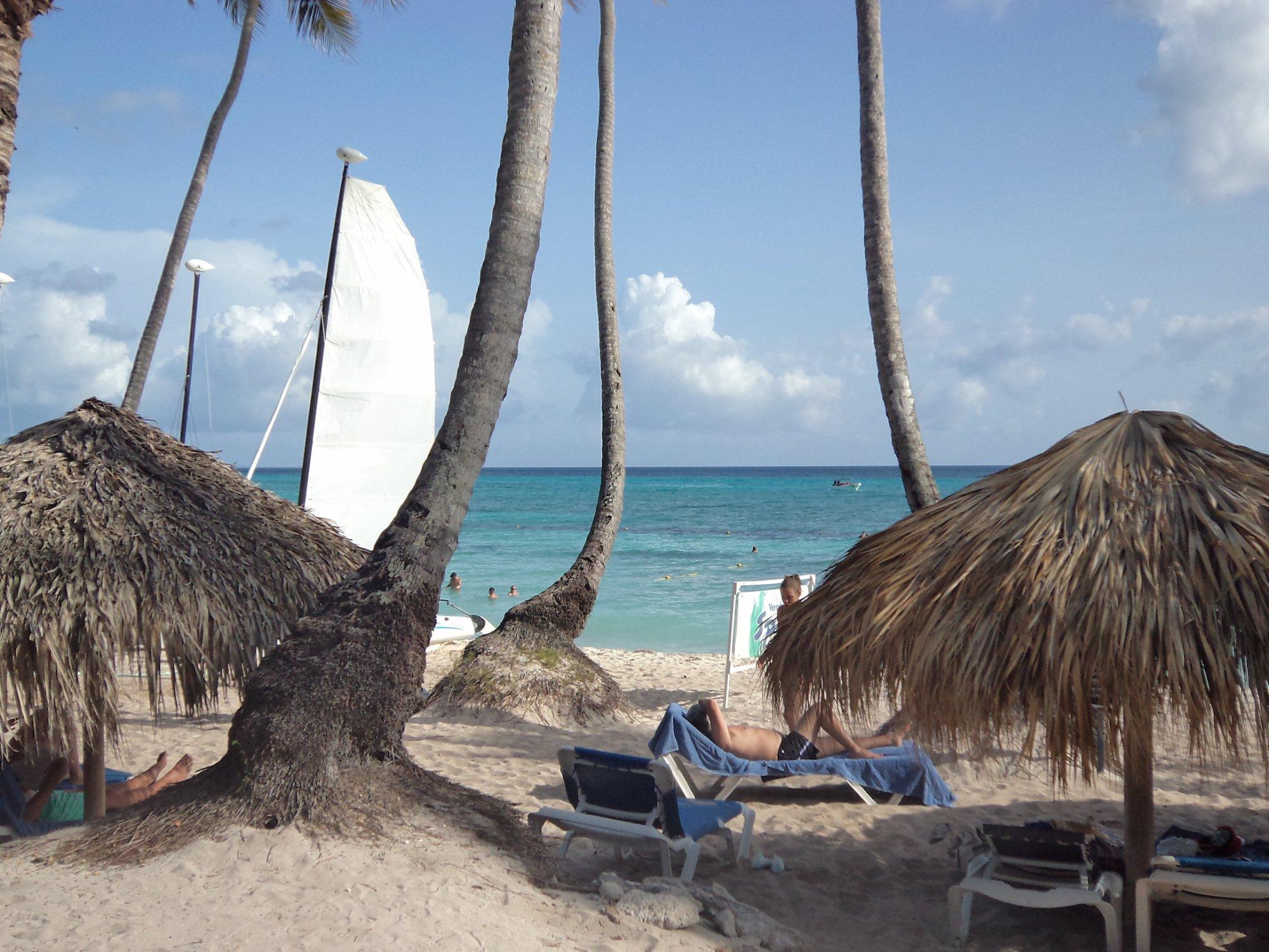 Playa de La Romana ( Republica Dominicana) Muy lindo el mar, làstima que en ese lugar hay piedra