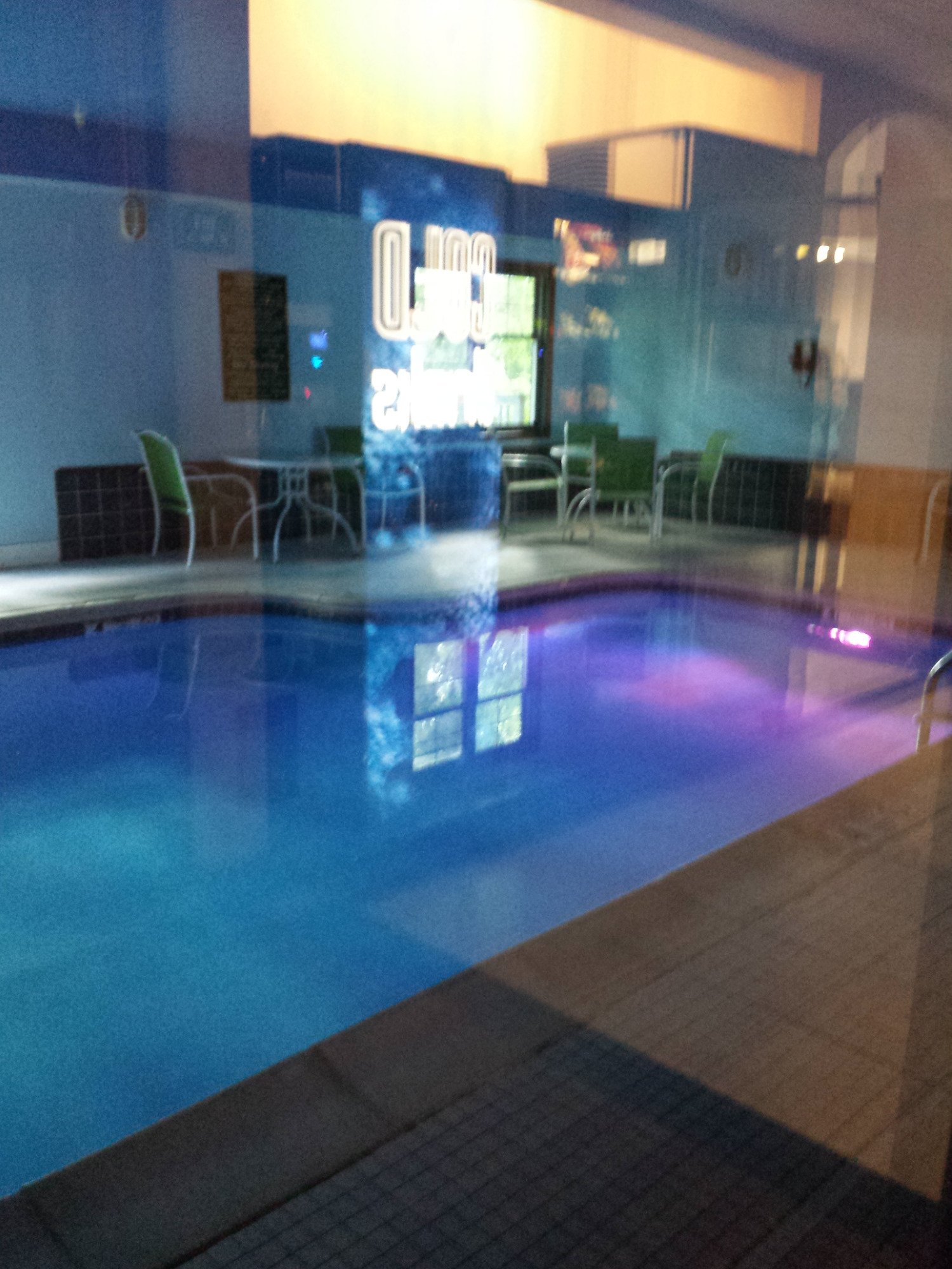 The pool clean and the underwater changing lights were relaxing.