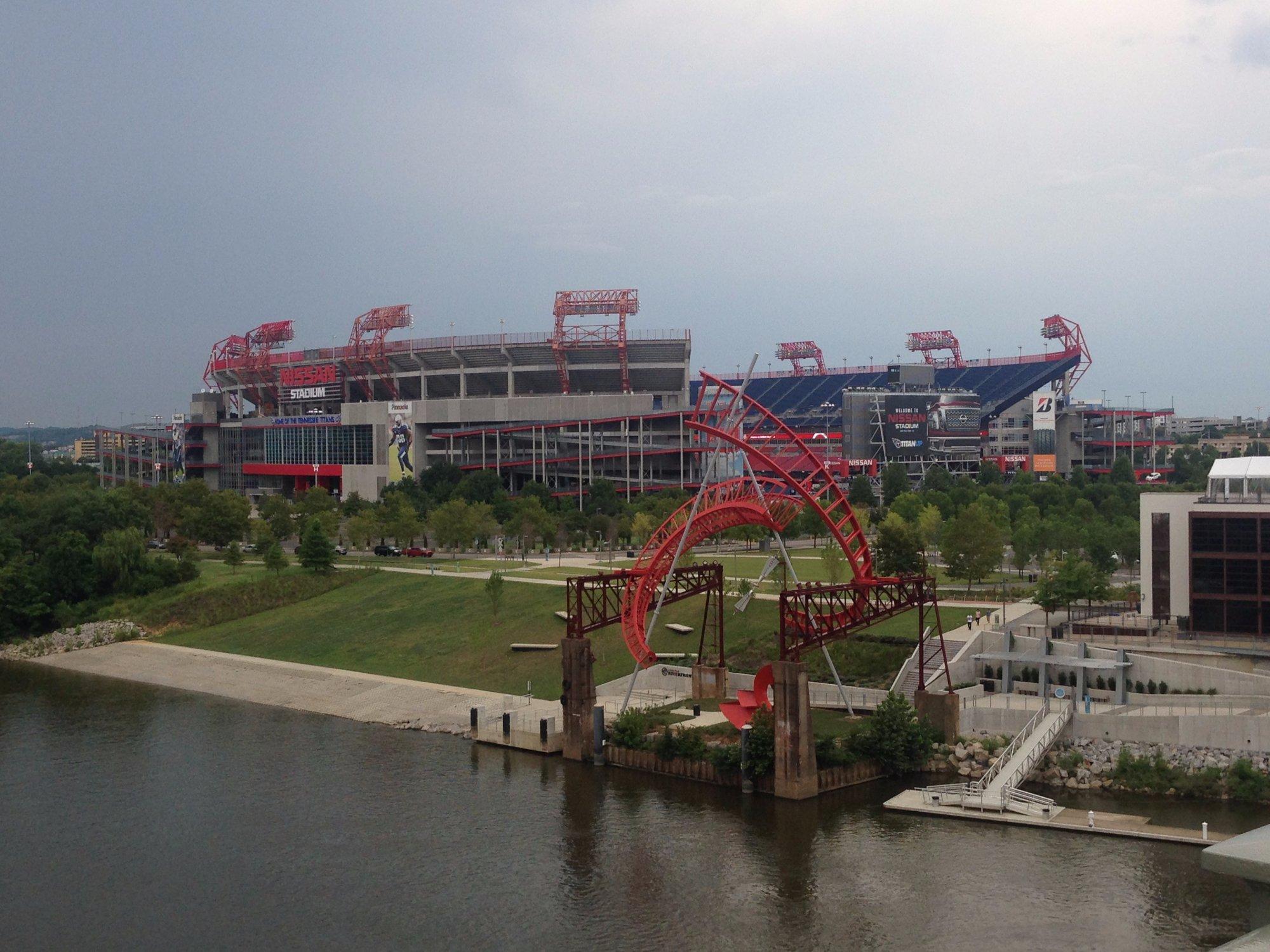 Vista do Nissan Stadium pela ponte do Rio Cumberland