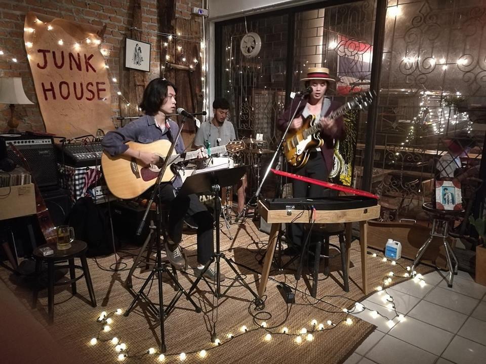 Junk house cafe bar ayutthaya restaurant reviews for Ayutthaya thai cuisine bar