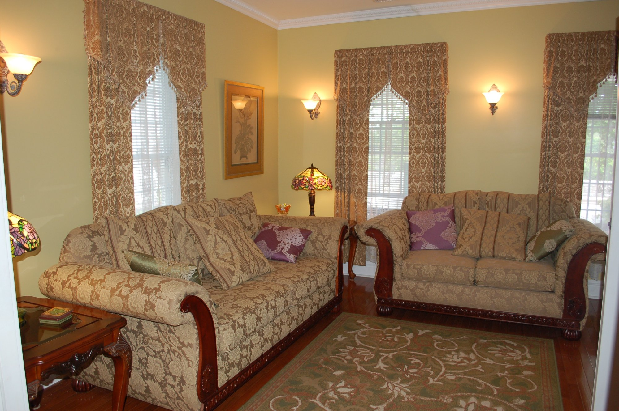 Accommodations niagara bed and breakfast niagara falls for Living room c o maidstone