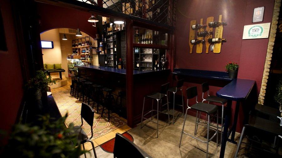 https://media-cdn.tripadvisor.com/media/photo-o/0e/42/2d/6d/cinque-wine-deli-bar.jpg