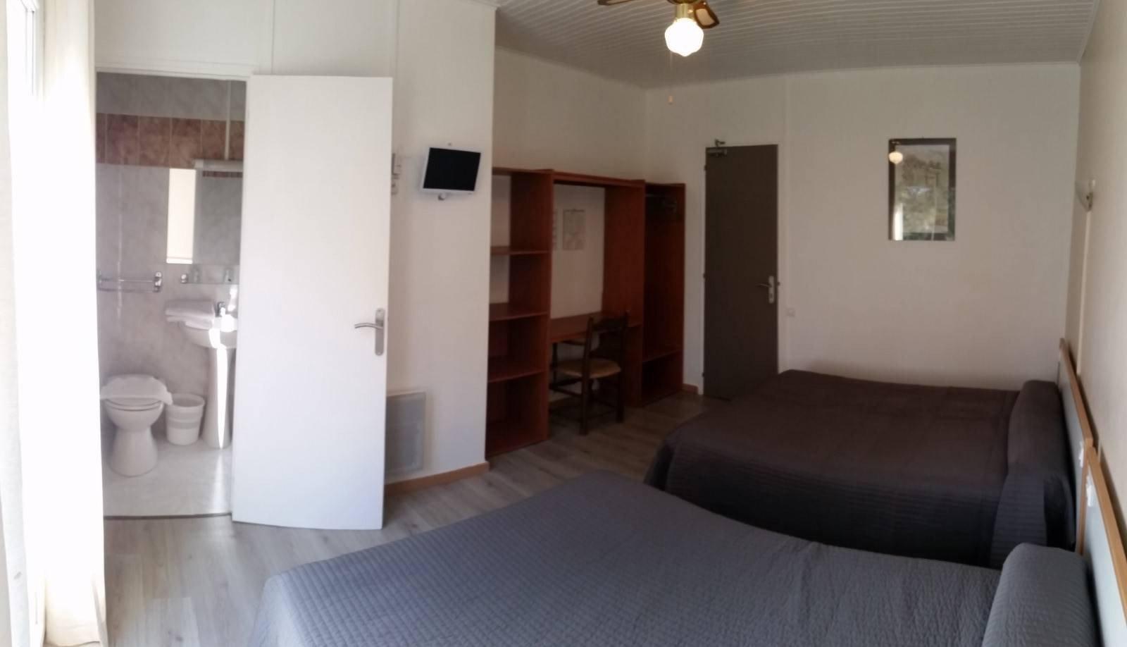 Hotel du joli bois cassis france voir les tarifs 72 for Chambre 0 decibel