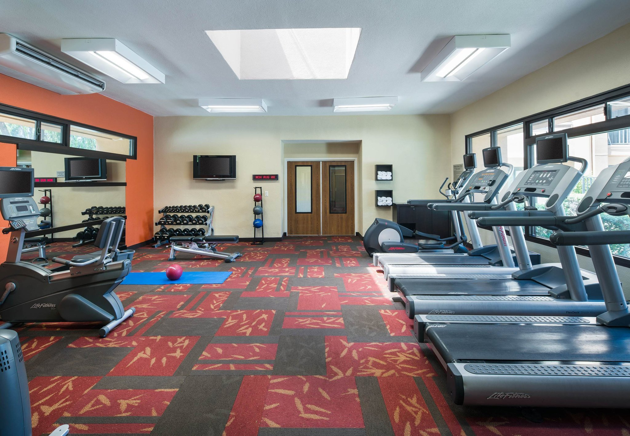 https://media-cdn.tripadvisor.com/media/photo-o/0e/71/8e/df/fitness-center.jpg
