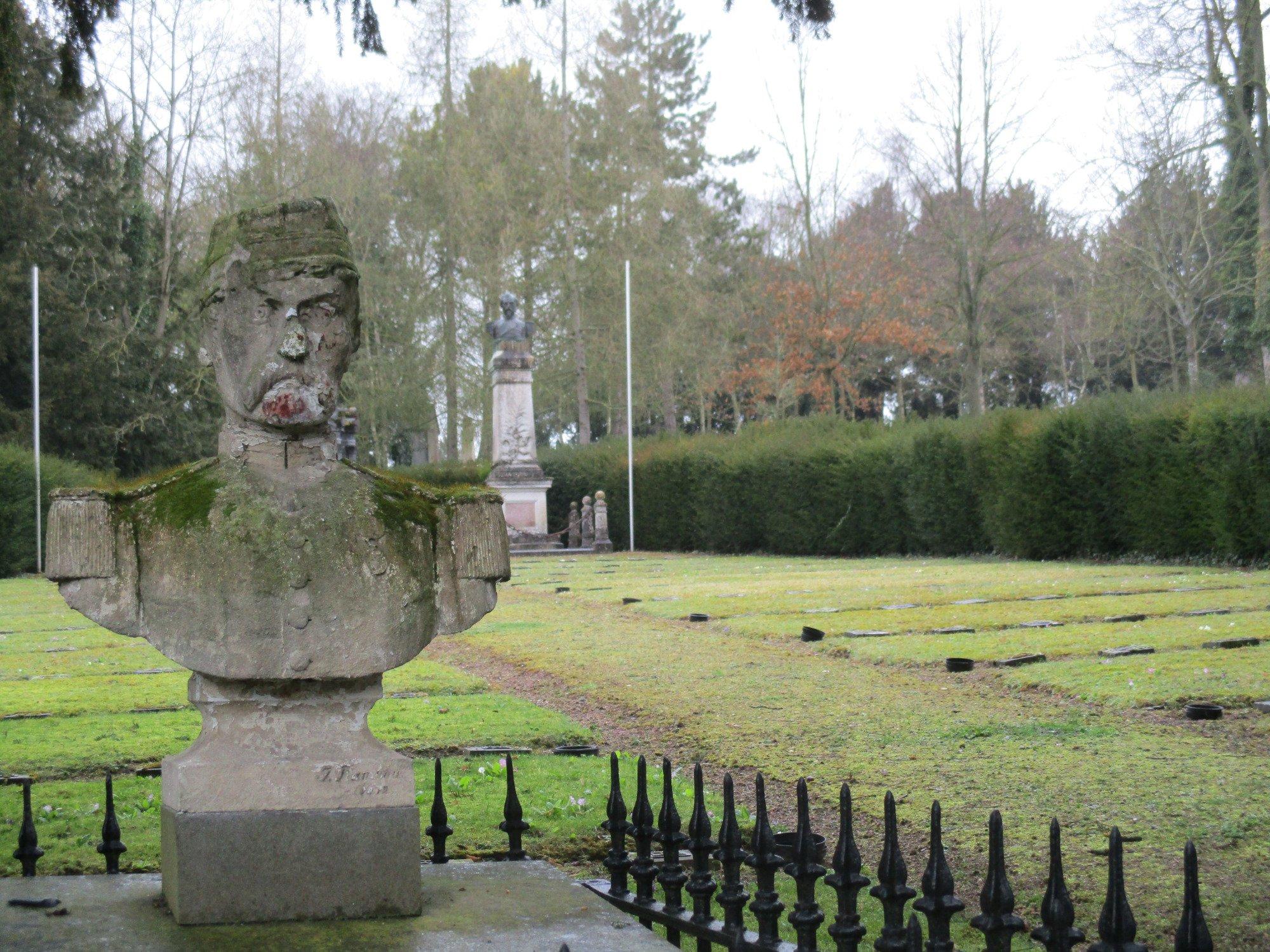 un payaso en el cementerio Cimetiere-de-la-madeleine