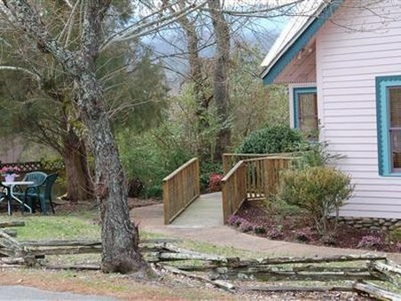 Evergreen Cottage Inn and Village