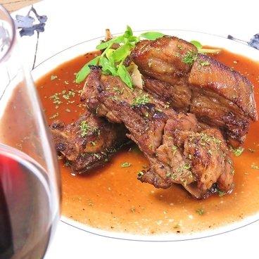 大人気のお肉料理、スペアリブのステーキ♪特製のソースに漬け込んで高温でパリッとソテー。ジューシーでお肉感たっぷりなのに豚肉のくさみが全くない!と好評っです。来店される方の92%が注文する人気メ