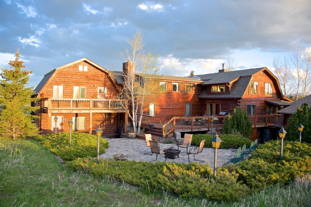 Howlers Inn Bed & Breakfast and Wolf Sanctuary