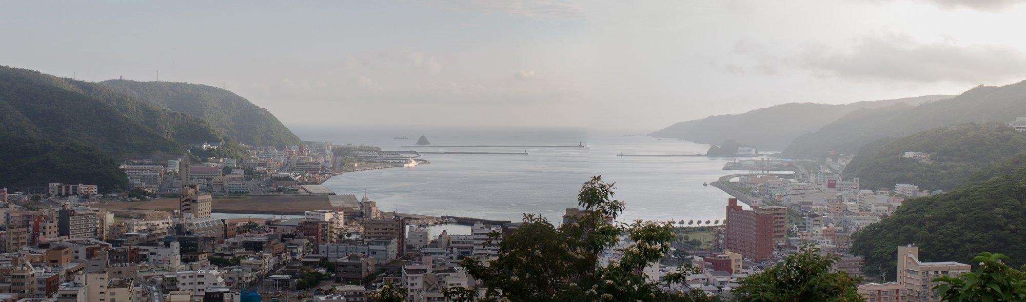 三枚の写真の合成パノラマです。展望広場から市街を望む。