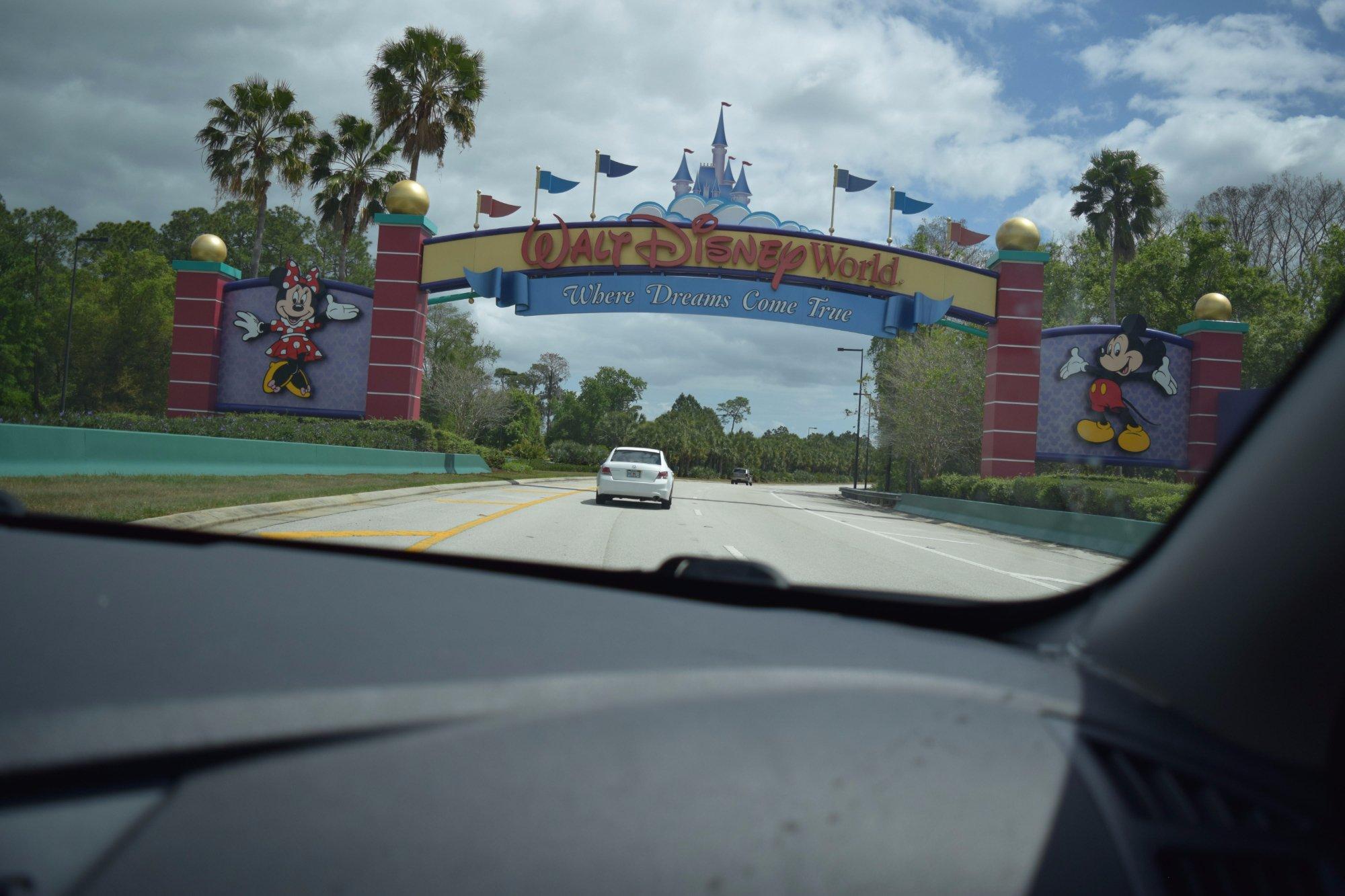 Walt Disney World.. Bienvenidos.. Foto tomada desde auto a la entrada del parque