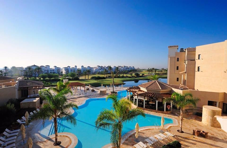 piscina y campo de golf - Hoteles lujosos más propios de Dubai que de Murcia