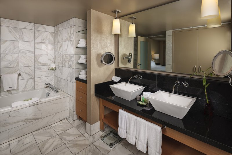 The westin detroit metropolitan airport updated 2017 for Bathroom 4 less review