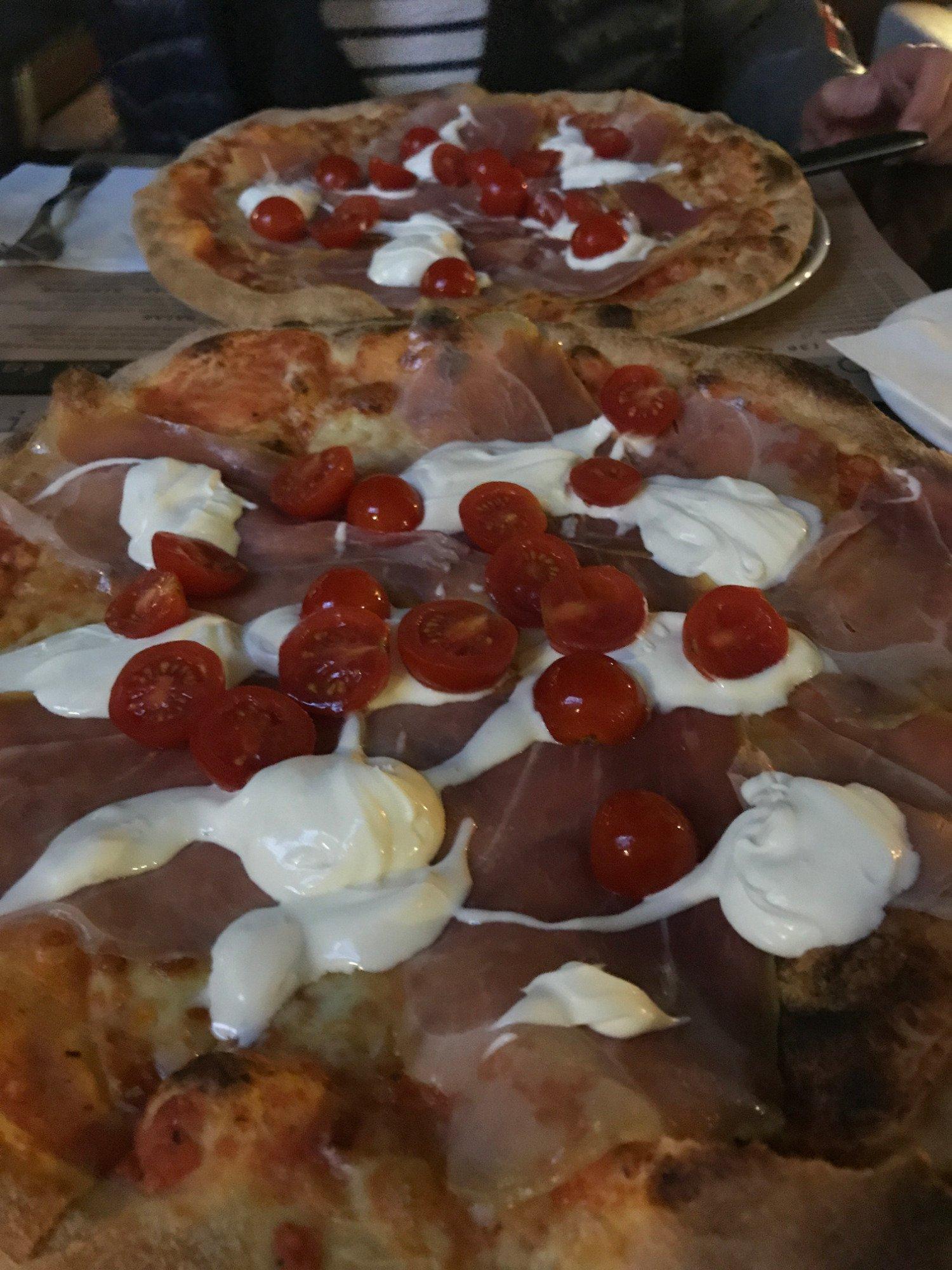 Mascarpone prosciutto pizza