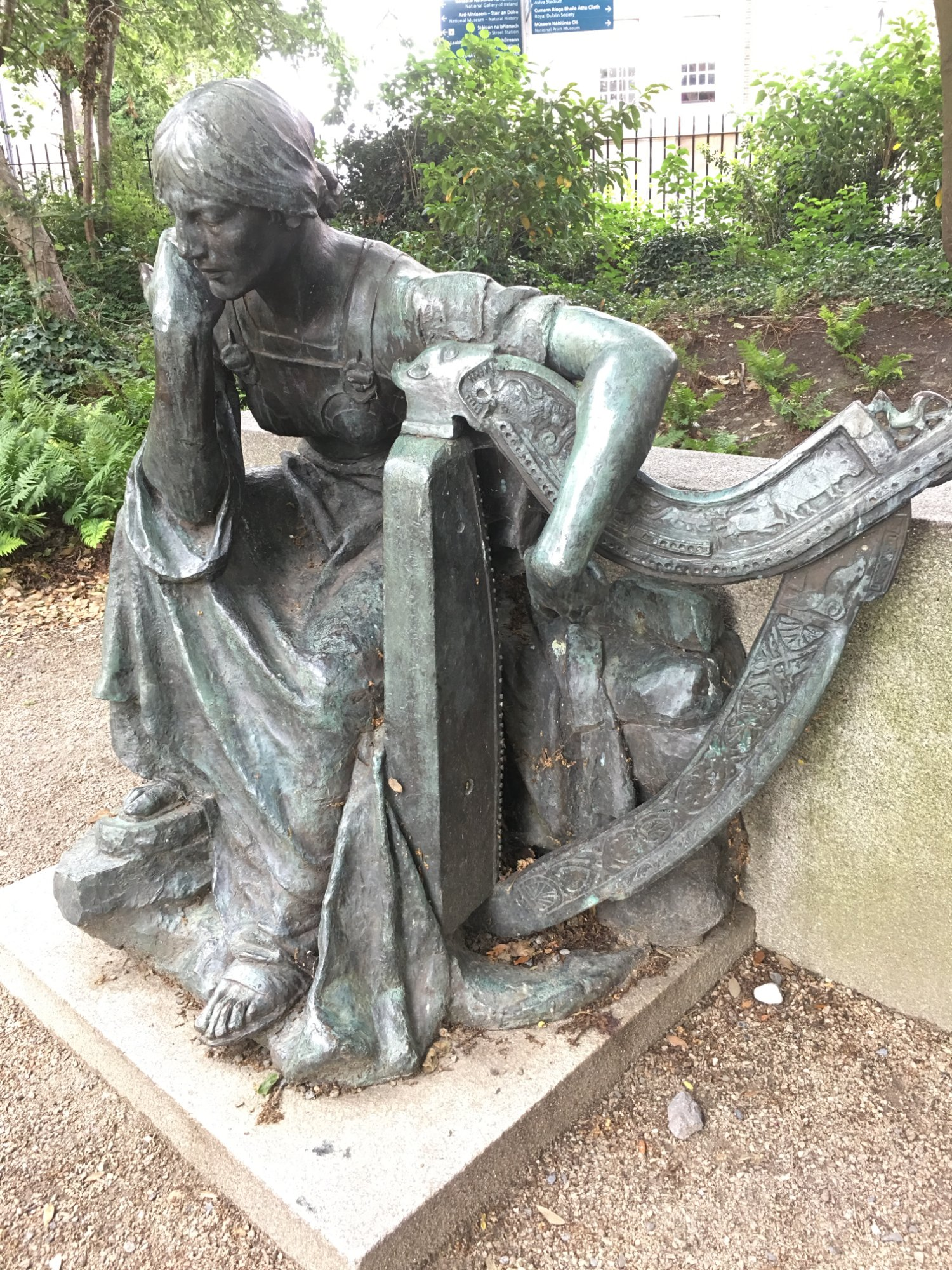 Statue of a disgruntled harpist.