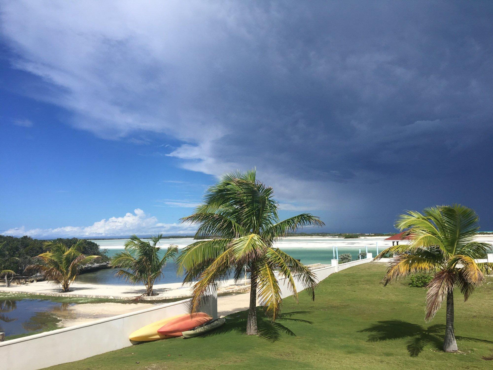 L'orage approche! (Bay view vacation rental villa #1)