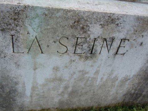 """Statue """"La Seine"""""""