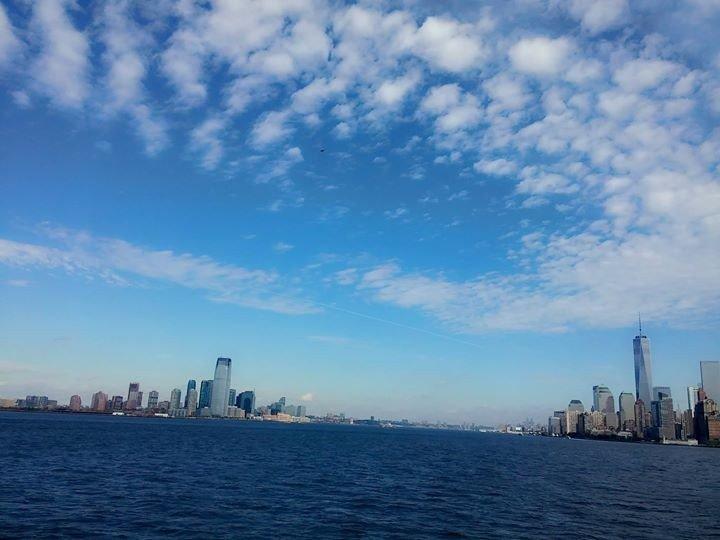 вид с парома со Стейтен-Айленда на Манхеттен и Статую Свободы