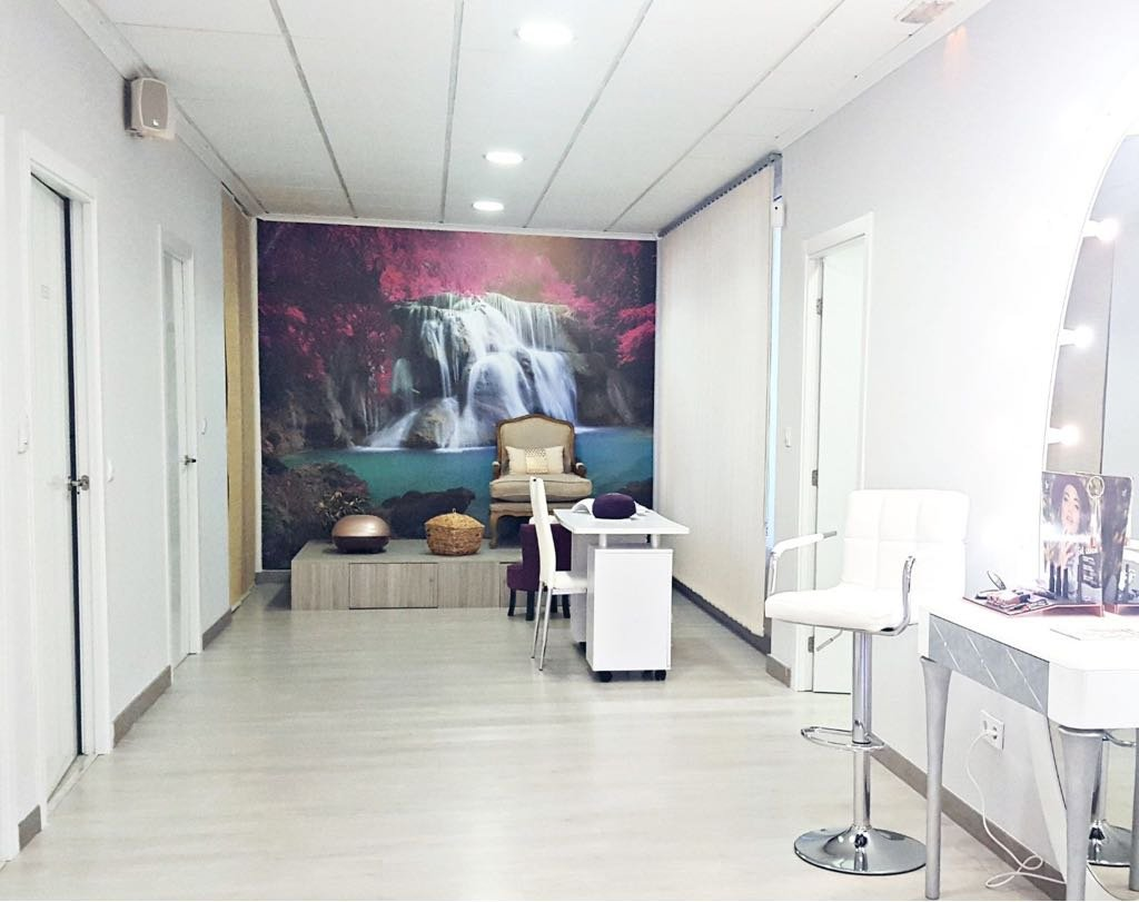 Pasillo de nuestro centro, en el que encontramos maquillaje, una sala de manicura y nuestra zona de pedicura.
